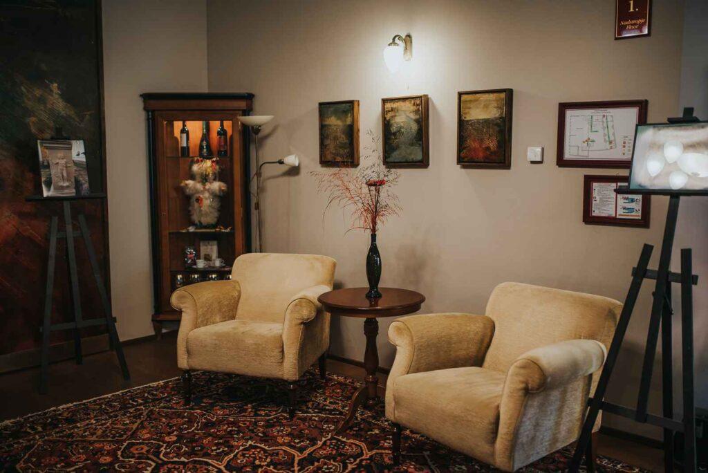 Posedanje po hodnikih v Hotelu Mitra Ptuj